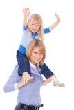 Mamã de sorriso com a criança em ombros fotos de stock royalty free