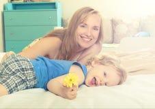 Mamã de sorriso com sua criança Fotos de Stock Royalty Free