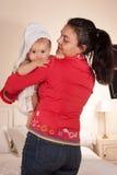 Mamã e bebê em uma toalha Imagens de Stock