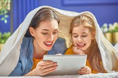 Mamã e criança com tabuleta imagens de stock royalty free
