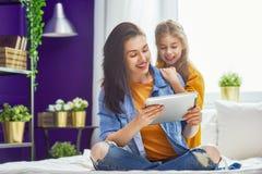 Mamã e criança com tabuleta fotografia de stock royalty free