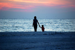 Mamã e criança da praia Fotos de Stock Royalty Free