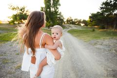 Mamã e a criança A criança está sentando-se com sua mãe em seus braços ao andar na natureza imagem de stock royalty free