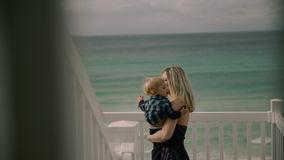 Mamã e criança na praia Oceano Atlântico video estoque