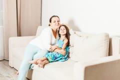 Mamã e filha bonitas na sala de visitas fotografia de stock