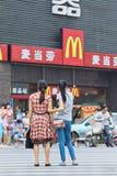 Mamã e filha chinesas na frente de McDonald Imagens de Stock