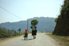 Mamã e filha da minoria étnica imagem de stock