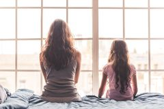 Mamã e filha em casa imagens de stock royalty free