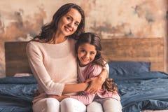 Mamã e filha em casa foto de stock royalty free