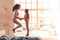 Mamã e filha em casa fotografia de stock royalty free