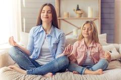 Mamã e filha em casa fotos de stock royalty free