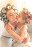 Mamã e filha em casa imagens de stock