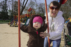 Mamã e filha em um balanço Imagens de Stock Royalty Free