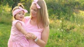 Mamã e filha em vestidos idênticos filme