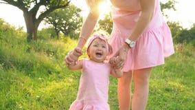 Mamã e filha em vestidos idênticos vídeos de arquivo