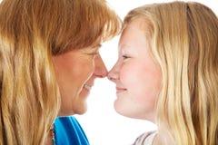 A mamã e a filha enfrentam fora Fotografia de Stock