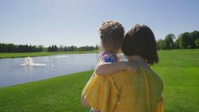 Mamã e filha especial da necessidade que andam no prado vídeos de arquivo