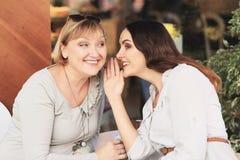 A mamã e a filha estão no café Fotos de Stock Royalty Free