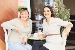 A mamã e a filha estão no café Fotografia de Stock