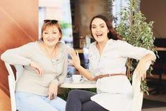 A mamã e a filha estão no café Foto de Stock Royalty Free