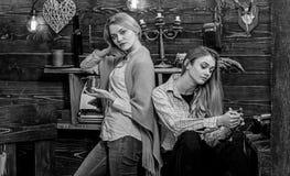 A mamã e a filha gastam o nivelamento com alma, fundo interior As meninas têm a conversação com alma com bebidas apoio e foto de stock