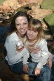 Mamã e filha idênticas foto de stock