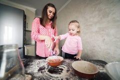 Mamã e filha junto na cozinha Foto de Stock Royalty Free