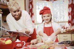 Mamã e filha na cozinha Imagens de Stock