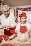 Mamã e filha na cozinha Foto de Stock Royalty Free