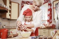 Mamã e filha na cozinha Imagem de Stock