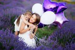Mamã e filha no campo da alfazema Conceito do amor da família fotografia de stock