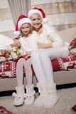 Mamã e filha no sofá com presentes Fotografia de Stock