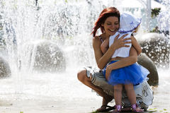 Mamã e filha no waterpark fotografia de stock