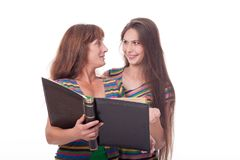 A mamã e a filha olham um álbum de fotografias, leram um livro Foto de família Emoções diferentes Fotos de Stock