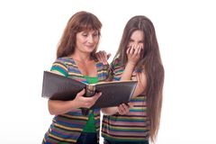 A mamã e a filha olham um álbum de fotografias, leram um livro Foto de família Emoções diferentes Fotos de Stock Royalty Free