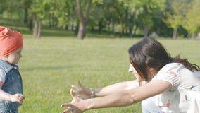 A mamã e a filha pequena correm em seus braços Conceito da felicidade da família filme