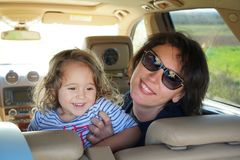 mamã e filha prontas para sair fotos de stock