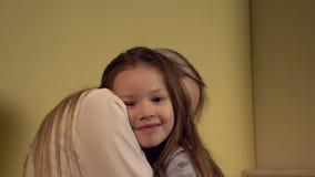 Mamã e filha que afagam antes do sono vídeos de arquivo