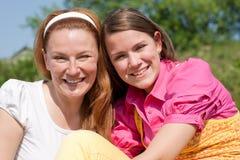 Mamã e filha que têm o divertimento Imagem de Stock