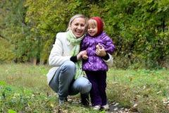 Mamã e filha que têm o divertimento no parque Fotografia de Stock