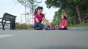 Mamã e filha que têm o divertimento quando Rollerblading vídeos de arquivo
