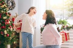 Mamã e filha que trocam presentes foto de stock royalty free