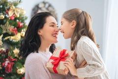 Mamã e filha que trocam presentes fotografia de stock royalty free