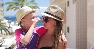A mamã e a filha têm o divertimento junto em férias filme