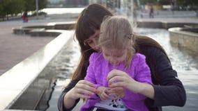 A mamã e a filha uniram suas mãos no sinal do coração video estoque