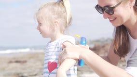 A mamã e a filha vieram à praia vídeos de arquivo