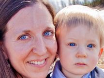 Mamã e filho com olhos azuis fotos de stock royalty free