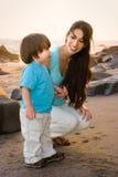 Mamã e filho na praia 1 Foto de Stock Royalty Free