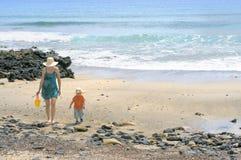 Mamã e filho na praia Foto de Stock