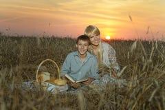 Mamã e filho no campo Imagens de Stock